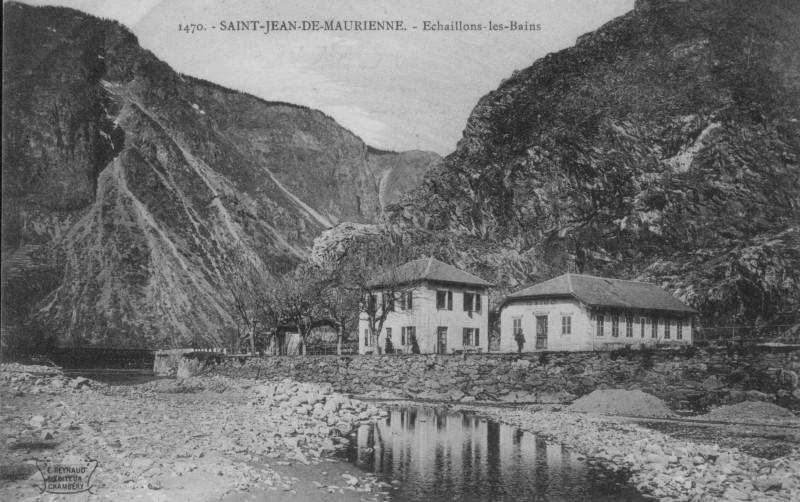 L'ancien hôtel situé à gauche, est toujours bien entretenu. Le bâtiment des bains, à droite, a fait place au centre de ré-éducation de l'échaillon.