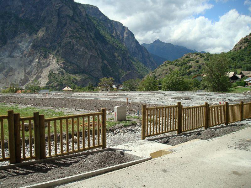 Installation d'une rampe d'accès aux personnes à mobilité réduite.